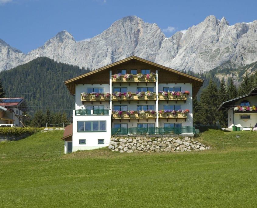 Aparthotel Sunrise in Ramsau am Dachstein mit Dachstein Südwand