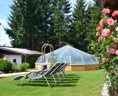 Liegewiese mit Pool im Hotel Ramsauer Alm in Ramsau am Dachstein