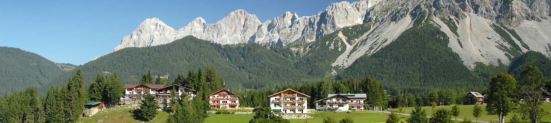 Sommeransicht Hotel Ramsaueralm und Aparthotel Sunrise in Ramsau am Dachstein